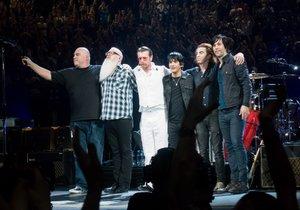 Skupiny U2 a Eagles of Death Metal spolu vystoupily v Paříži.
