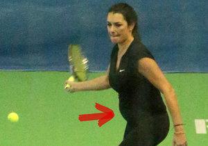 Alena Šeredová už své těhotenské bříško neskryje. Při tenise se pochlubila pořádným pupkem.