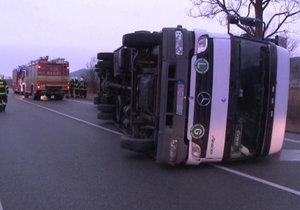 Vítr převracel kamiony na Slovensku jako hračky.