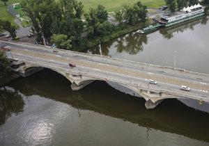 Přes Libeňský most nejezdí tramvaje. Až do středečního rána musíte autobusem