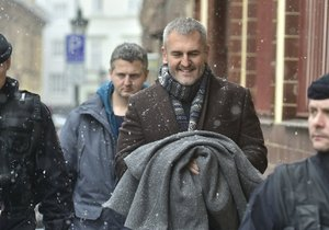 Miliardář Petr Sisák (druhý zprava) skončil ve vazbě kvůli tzv. insolvenční kauze.