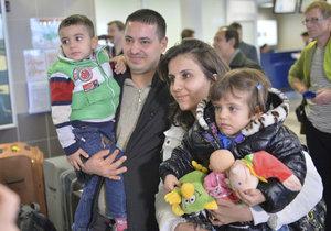 Do Česka přiletělo prvních deset křesťanských uprchlíků z Iráku.