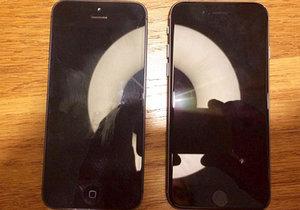 iPhone 5se (vpravo) vedle iPhonu 5.