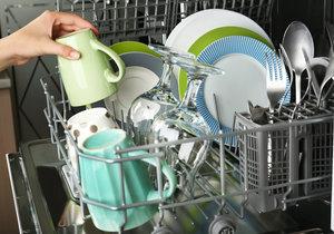 Víte, jak správně dávat nádobí do myčky?