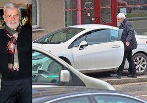 Petr Štěpánek si s parkováním velkou hlavu nedělal. Prostě dal auto na chodník.