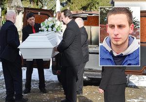 Patrika pohřbili v bílé rakvi.