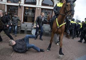 Protesty v Holandsku provázelo násilí.