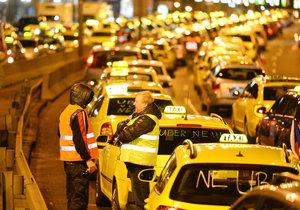 Taxikáři naposledy obdobně blokovali magistrálu v centru Prahy.