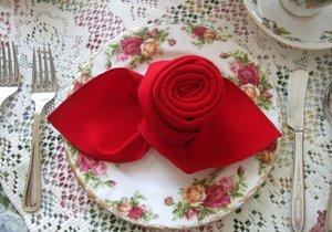 Růže z ubrousku vkusně ozdobí každý stůl.