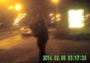 Opilec chodil v noci po Praze s dítětem v náručí.
