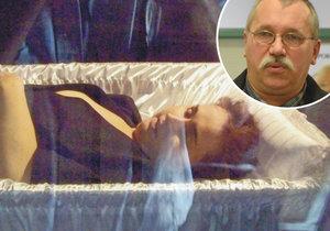 Zneuctili památku jeho manželky: Muže na pohřbu naštval hluboký dekolt nebožky