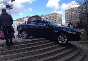 Řidič jaguáru s rakouskou poznávací značkou zaparkoval své vozidlo na schodech před hotelem Hilton.