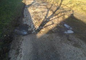 Na novou silnici (ne)navazuje stará kamenná cesta.