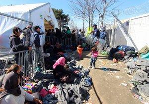Uprchlíci čekají těsně před řecko-makedonskou hranicí
