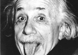 Albert Einstein vyplazuje jazyk.