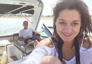 Petra se svým miliardářem na jachtě