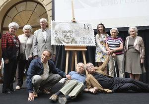 Některé ze zachráněných Wintonových dětí na slavnostním odhalení známky s podobou sira Nicholase Wintona