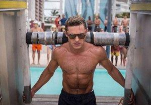 Zac Efron natáčí nový film Pobřežní hlídka, který na ikonický seriál z devadesátých let navazuje.