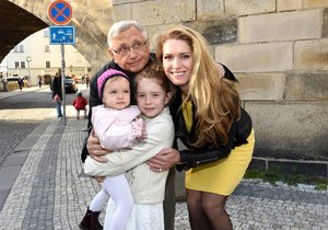 První společné foto rodiny Jiřího a Olgy Menzelových
