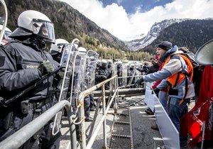 Protest proti rakouské migrační politice, v rámci níž měl být v Brennerském průsmyku na hranici s Itálií postaven 370 metrů dlouhý plot.