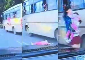 Malá holčička v Číně vypadla z okna autobusu přímo pod kola projíždějícího auta.
