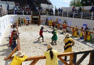 Na 750 bojovníků z 34 zemí se účastní mistrovství světa ve středověkém kontaktním boji.