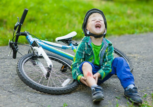 Osudné kolo: Jeden chlapec (10) spadl a zranil si hlavu, druhého (13) srazilo auto