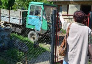 Sousedka ukazuje, kde Václava H. našli ležícího.