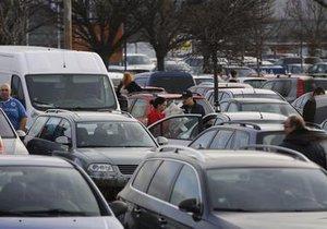 Tisíce návštěvníků denně míří do pražské zoo. Pokud veřejnost nevyužije MHD, tak na místě zejména o víkendech narazí na problém s parkováním.