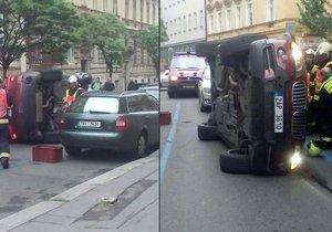 Luxusní BMW v úterý ráno zablokovalo Lublaňskou ulici na Vinohradech.