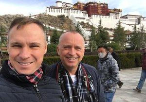 Karel dal na sociální síť fotografie z Tibetu, kde byl s Vladimírem.