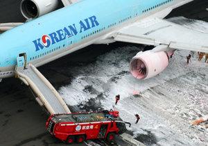 V Japonsku hořelo letadlo: Hasiči zachránili 319 lidí.
