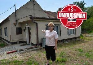 Kvůli tomuhle domu začaly paní Pelouškové starosti.
