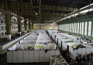 V jedné hale až 600 uprchlíků. I tak vypadalo bývalé berlínské letiště Tempelhof.