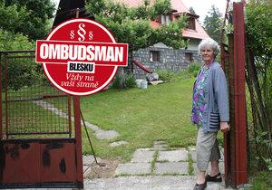 Paní Zdena se obává, co mohou na jejím pozemku napáchat stromy sousedů.