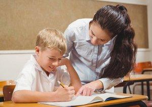 Učitelé by měli tři roky po sobě dostat navíc 15 procent, žádají odbory.