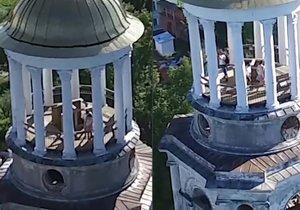 Ruský pár si to rozdal na věži kláštera. Při sexu ho natočil dron.