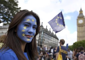 Vicekancléř chce německé pasy pro Brity: Netrestejme lidi kvůli jejich bizarním politikům.