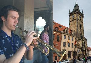 Petr Venzara je jedním z trubačů, kteří hrají na věži Staroměstské radnice.