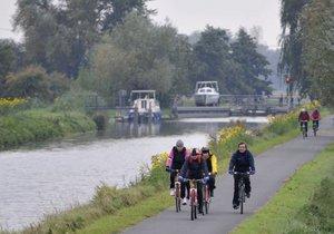 Baťův kanál je lemován páteřní cyklostezkou dlouhou více jak 80 km.