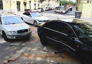 U nehody tří aut v Praze 5 zasahovali policisté, hasiči i záchranka.