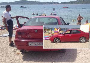 Arogantní řidič zaparkoval až na pláži.