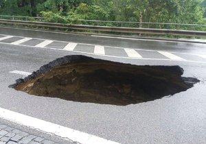 Opravy kráteru ve Vysočanské ulici potrvají měsíce.
