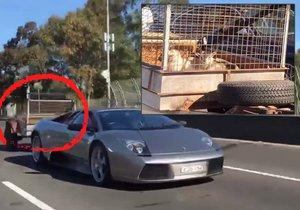 Lamborghini za 12 milionů korun táhlo přívěs s kozičkami.