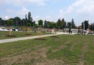 Nedaleko Prašného mostu v Dejvicích se otevřel nový park pro veřejnost. Zakryl stavební jámu po Blance. Celkově první etapa vyšla na necelých 10 milionů korun.