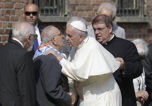 Papež v koncentračním táboře: František navštívil Osvětim.