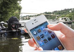 Potápěči dokážou vytáhnout váš mobilní telefon, když vám spadne do Vltavy.