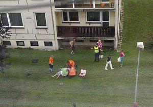 Muž vypadl z okna v šestém patře paneláku na mladoboleslavském sídlišti.