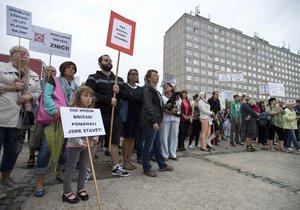 Přibližně 400 lidí vyjádřilo v Písnici nesouhlas s prodejem bytů, který plánuje ČEZ.