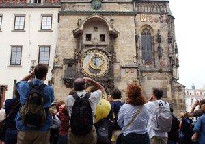 Turisté u orloje na Staroměstském náměstí